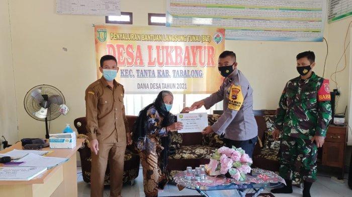 Bhabinkamtibmas Polsek Tanta Polres Tabalong Bantu Pengamanan Penyaluran BLT Dana Desa di Tabalong