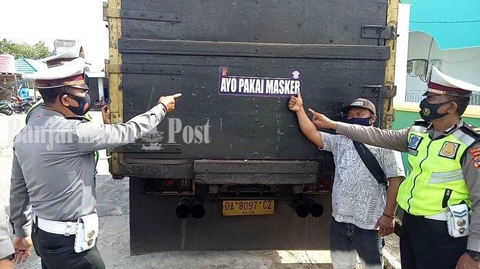Angkutan Barang Ditempeli Stiker, Cara Satlantas Polres Kotabaru Sosialisasikan Pakai Masker