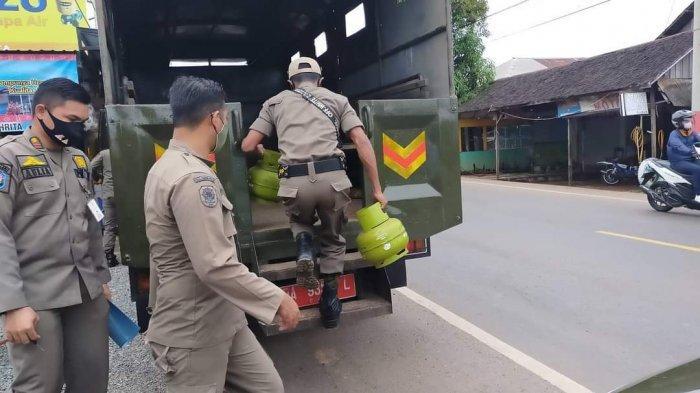 Personel Satpol PP Tala mengangkut elpiji melon di sejumlah warung pengecer di Kecamatan Tambangulang dan Batibati, dua hari lalu.
