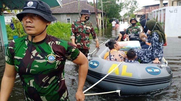 Banjir Kalsel 2021, Tim Satgas SAR Gabungan TNI AL Banjarmasin Evakuasi Balita dan Lansia