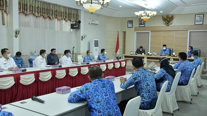 Pertemuan Bupati H Achmad Fikry, didampingi Wakil Bupati H Syamsuri Arsyad dan Sekda H Muhammad Noorm, dengan seluruh Camat dan Sekretaris Kecamatan se Kabupaten Hulu Sungai Selatan (HSS), Kalimantan Selatan, Rabu (17/2/2021).