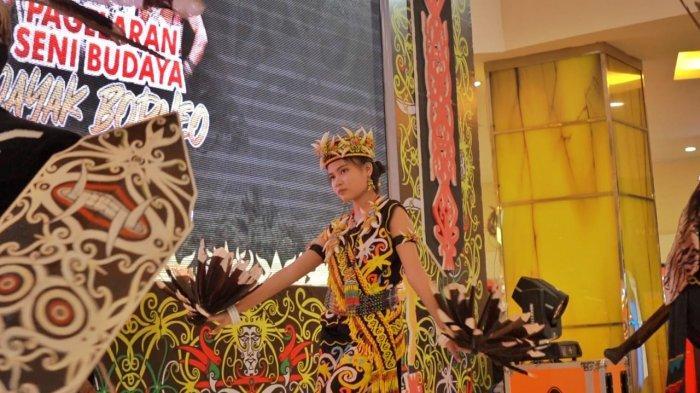 Pertunjukan kesenian Dayak di acara bertema Borneo In Harmony 2, di atrium lantai dasar QMall Banjarbaru.