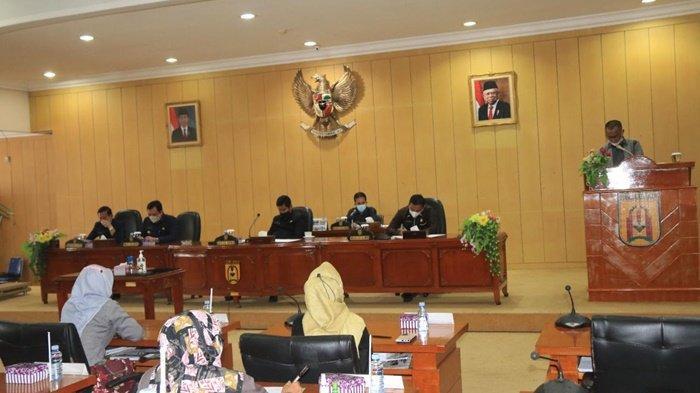 Perwakilan fraksi sampaikan pandangan umum terkait raperda APBD Perubahan Tahun 2021 di Gedung DPRD Kota Banjarbaru, Kalimantan Selatan.