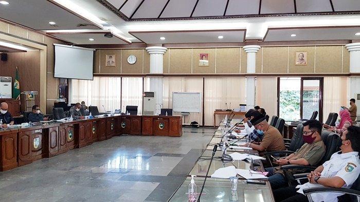 Perwakilan warga Kompleks Multimadya, Lianganggang, menyampaikan aspirasinya di DPRD Kabupaten Tanah Laut (Tala), Kalimantan Selatan, Senin (19/7/2021).