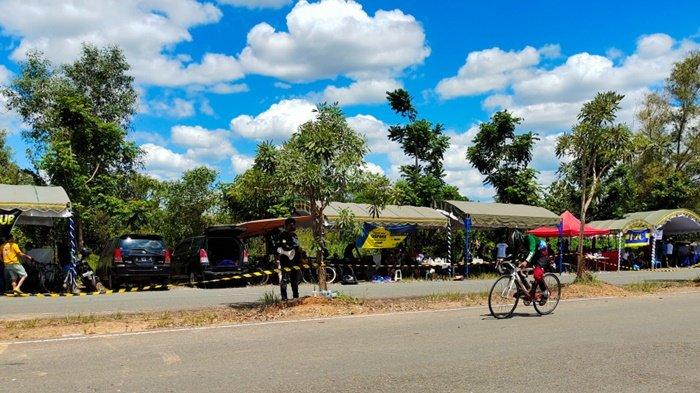 Peserta melintasi jalur Dispora Kalsel Happy Race 2021, event yang diadakan di kawasan Perkantoran Gubernur Kalimantan Selatan, Kota Banjarbaru, Sabtu (25/9/2021).