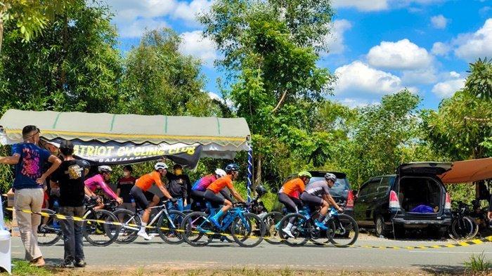 Peserta event Dispora Kalsel Happy Race 2021 di kawasan Perkantoran Gubernur Kalimantan Selatan, Kota Banjarbaru, Sabtu (25/9/2021).
