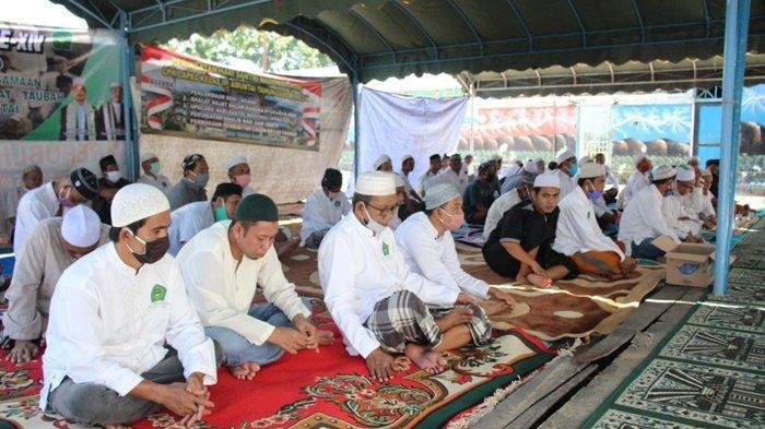 Peserta kegiatan Isra Mikraj Nabi Muhammad SAW sekaligus Haul Abah Guru Sekumpul yang ke-16 di Lapas Lembaga Pemasyarakatan (Lapas) Kelas IIB Amuntai, Kota Amuntai, Kabupaten Hulu Sungai Utara (HSU), Kalimantan Selatan.