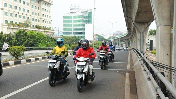 Peserta menyusuri jalanan ibu dalam kegiatan Yamaha Morning Ride (YAMAMORI).