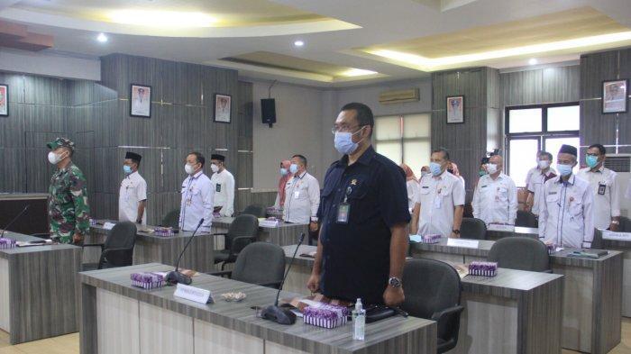 Peserta Musrenbang yang hadir secara terbatas di Auditorium Pemkab HST menyanyikan lagu Indonesia Raya