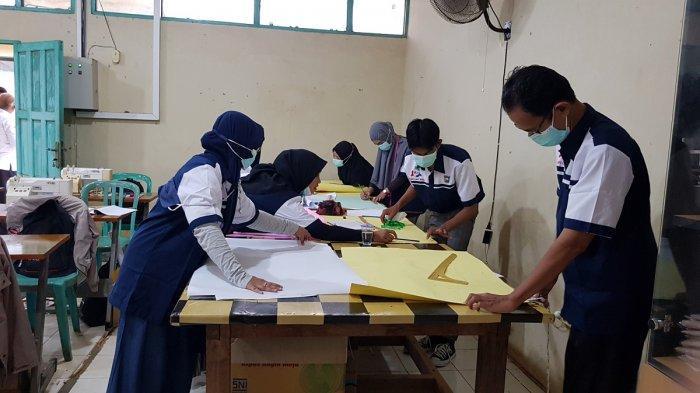 Fokus Asah Skill di BLK Tanahlaut, Putri Berobsesi Buka Usaha Menjahit