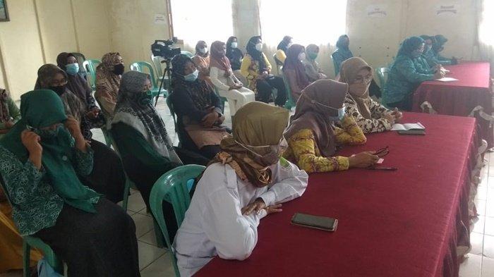 Para peserta program pelatihan pengolahan produk ikan bagi nelayan dan Usaha Kecil Menengah (UKM), diselenggarakan oleh Dinas Perindustrian Perdagangan dan Koperasi (Disperindagkop-UKM) Kabupaten Hulu Sungai Utara (HSU).