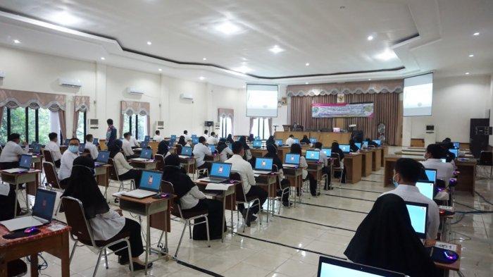 Peserta tes SKB CPNS di Balangan terlihat mengisi kursi dan komputer yang disediakan untuk ikuti tes.