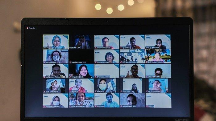 Peserta Zoom Meeting Teaching in New Normal yang diselenggarakan Telkomsel dan Microsoft Office 365 bagi para guru dan kepala sekolah di Kalimantan.