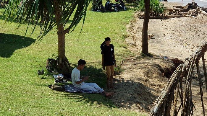 Wisata Kalsel : Daratan Pesisir Pantai Turki Tanahlaut  Berpermadani Rumput Hijau, Pelancong Betah