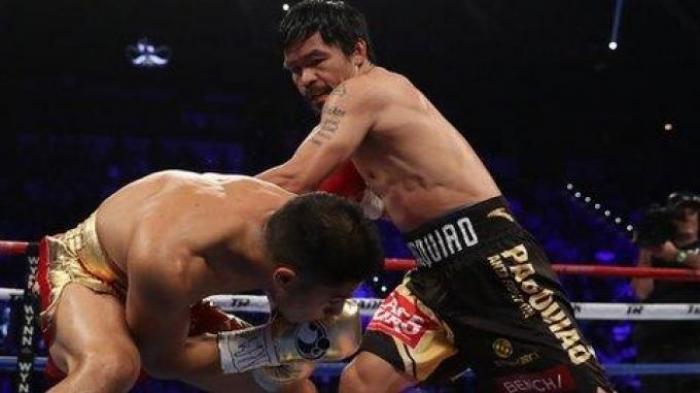 Petinju Filipina, Manny Pacquiao (kanan) berusaha mendaratkan pukulan ke lawannya, Jessie Vargas
