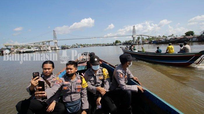 Petugas Polri, TNI, Linmas, hingga dari KPU mengantarkan logistik PSU Pilgub Kalsel ke Pulau Bromo, Kelurahan Mantuil, Kecamatan Banjarmasin Selatan, Banjarmasin, Selasa (8/6/2021).