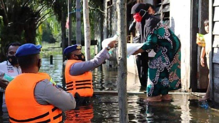 Korban Banjir di Kabupaten Kobar Kalteng Dapat Bantuan Sembako dari TNI dan Polri