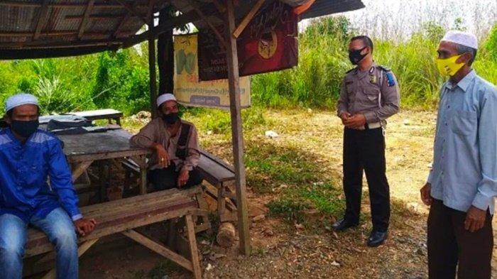Cegah penyebaran virus corona, petugas berikan pengertian larangan mudik kepada warga di wilayah Kecamatan Cempaka, Kota Banjarbaru, Kalimantan Selatan.
