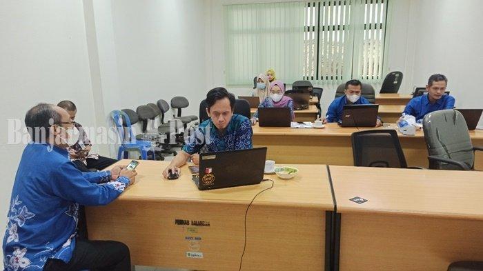 Petugas dari BKD Diklat sedang memantau pendaftaran CPNS di lingkup Pemerintah Kota Banjarmasin, Selasa (27/7/2021).