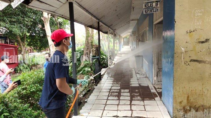Petugas dari PMI melakukan penyemprotan disinfektan di SMPN 33 Banjarmasin, Provinsi Kalimantan Selatan, Kamis (15/7/2021).