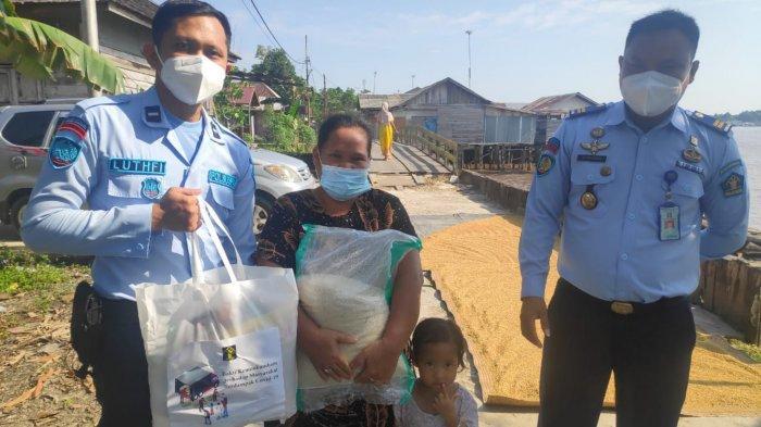 Bakti Sosial Kumham Peduli, Rutan Marabahan Bagikan Bantuan untuk Masyarakat Terdampak Covid-19
