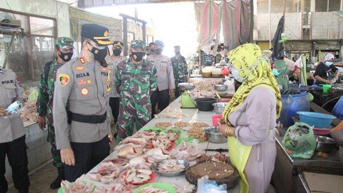 Petugas Polres dan Kodim 1008 Tabalong Sambangi Tiga Pasar Pantau Penerapan Prokes