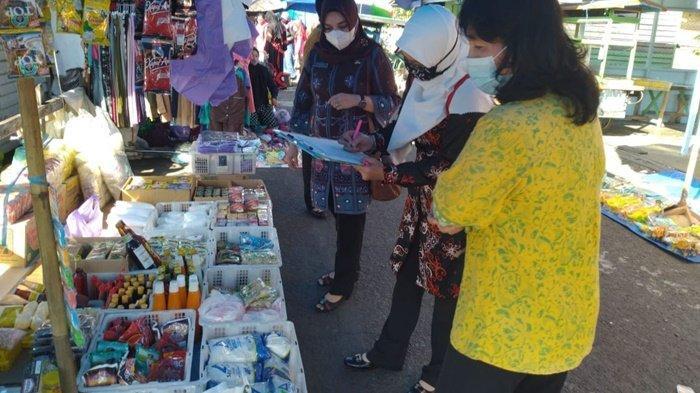 Petugas Disdagperinkop Kabupaten Kapuas Pantau Bahan Pokok di Pasar Mambulau dan Selat