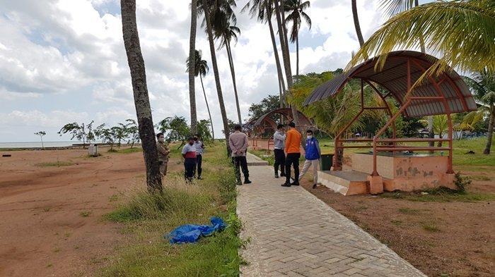 Petugas gabungan berjaga di wisata Pantai Takisung Kabupaten Tanahlaut, Kalsel.