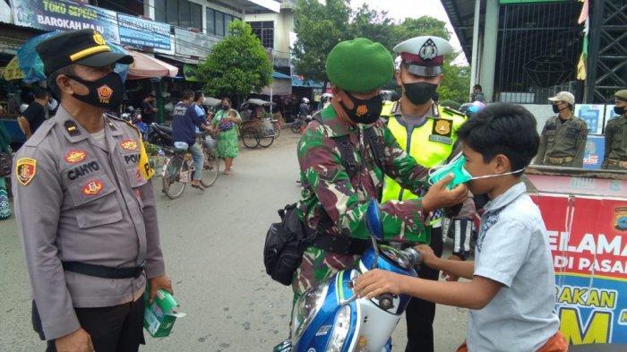 Jelang Ramadan, Petugas Gabungan Sambangi Pasar Batuah Martapura, Ingatkan Pengunjung Patuhi Prokes