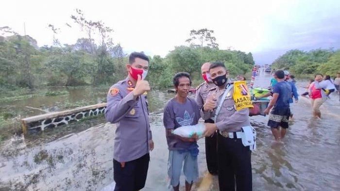 Korban Banjir Lamandau Kalteng Diberi Bantuan Beras dan Pakaian Layak Pakai