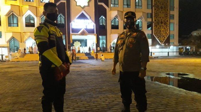 Personil Polresta Palangkaraya Jaga Kamtibmas Saat Salat Tarawih di Masjid