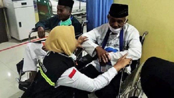 petugas-kesehatan-haji-indonesia-memeriksa-kesehatan-jemaah_20180801_155334.jpg