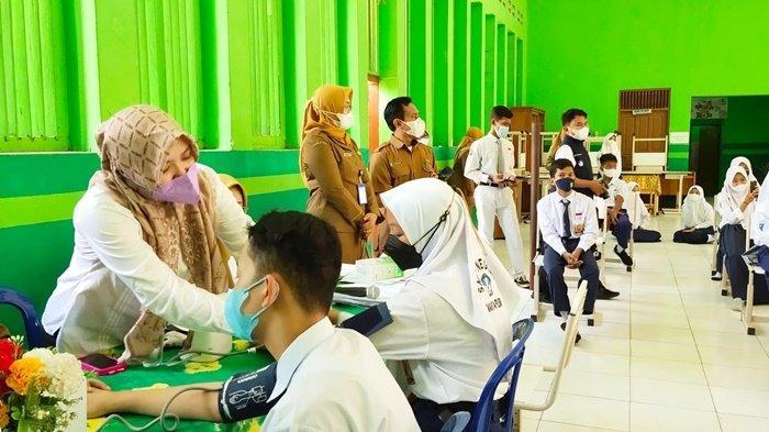 Petugas periksa kesehatan pelajar sebelum divaksin di SMPN 1 Martapura, Kota Martapura, Kabupaten Banjar, Provinsi Kalimantan Selatan (Kalsel), Senin (20/9/2021).