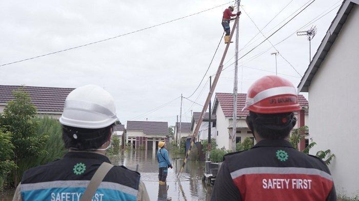 Petugas PLN berjibaku memadamkan sementara aliran listrik di daerah terdampak banjir Kalteng, Kamis (9/9/2021).