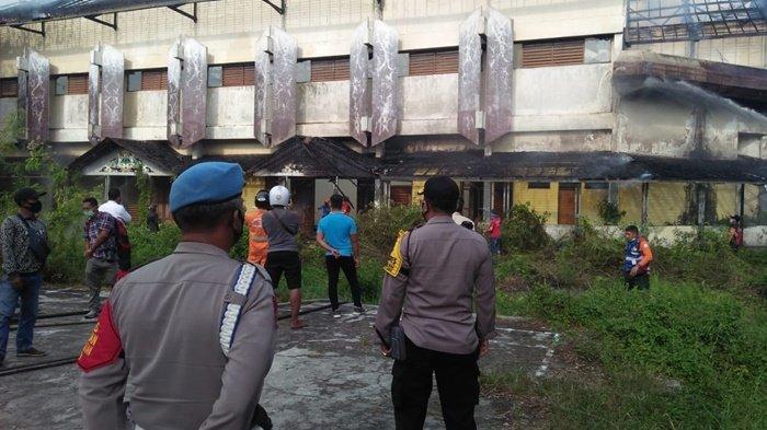 Petugas Polresta Palangkaraya lakukan pengamanan saat terjadi kebakaran di gedung kosong milik Fakultas Ilmu Keguruan dan Ilmu Pendidikan (FKIP) Universitas Palangkaraya (UPR), Senin (14/9/2020).