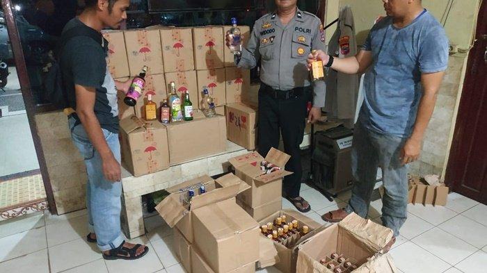 Petugas Polsek Banjarbaru Barat Kalsel Temukan Ratusan Botol Minuman Keras di Belakang Warung