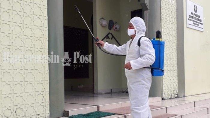 Penyemprotan Desinfektan di Masjid Agung Al-Mukarram Kapuas