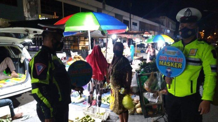 Wabah Corona Kalteng, Petugas Sosialisasikan Prokes ke Pedagang Pasar Subuh Palangkaraya