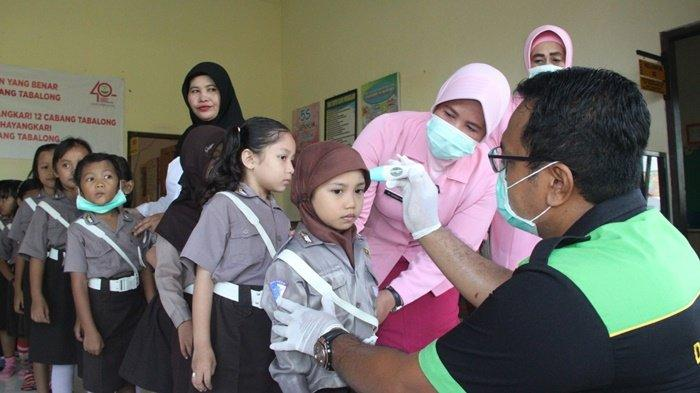 Petugas Polres Tabalong Ajari Murid TK Cuci Tangan, Dilanjut Penyemprotan Disinfektan di Sekolah TK