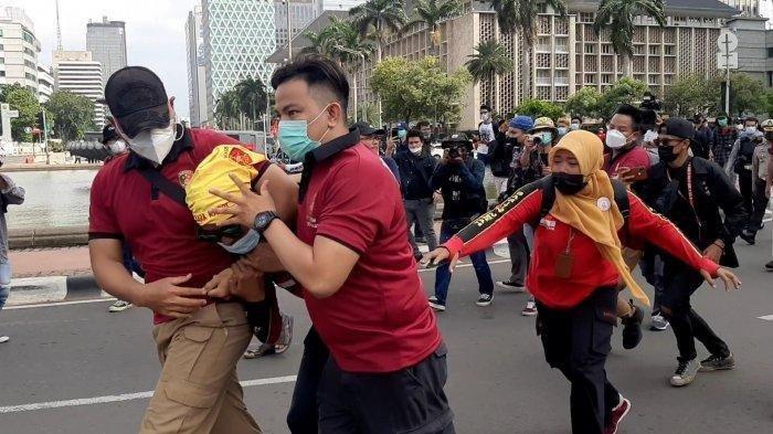 Pihak kepolisian mengamankan buruh saat memperingati Hari Buruh Internasional (May Day), di dekat Istana Negara, Jalan Medan Merdeka Barat, Jakarta Pusat, Sabtu (1/5/2021).