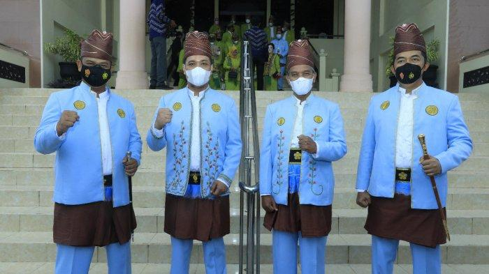 Pimpinan DPRD dan pejabat mengenakan busana tradisional saat menghadiri rapat paripurna memperingati Hari Jadi ke-22 Kota Banjarbaru di Graha Paripurna lantai III gedung dewan setempat, Selasa (20/4/2021).