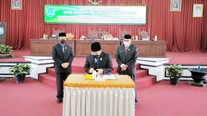 Pimpinan dewan menandatangani dokumen setelah pengesahan Rancangan Peraturan Daerah (Raperda) Anggaran Pendapatan dan Belanja Daerah Perubahan 2021 menjadi Peraturan Daerah (Perda) di DPRD Kabupaten Hulu Sungai Selatan (HSS), Selasa (14/9/2021).