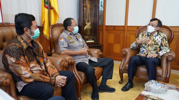 General Manager PLN UIKL Kalimantan Daniel Eliawardhana dan GM UIW Kalselteng Tony Belamy dan Ketua DPRD Kalsel H Supian HK SH MH.