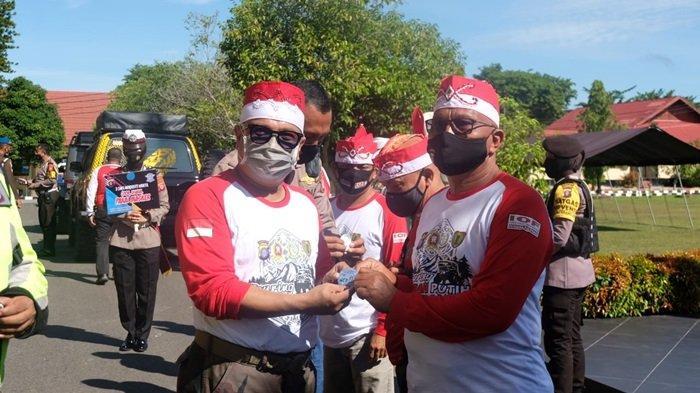 Kapolda Kalteng Bagikan Ratusan Pin dan 1000 Stiker Ajakan Pakai Masker di Kota Palangkaraya