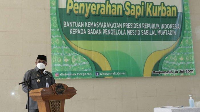 Penjabat Gubernur Kalimantan Selatan, Dr Safrizal ZA, MSi, saat menyampaikan sambutan pada acara penyerahan sapi kurban di Masjid Raya Sabilal Muhtadin, Kota Banjarmasin, mengatakan agar pemprov dapat memprogramkan 1 sapi 1 kabupaten/kota dari gubernur, Senin (19/7/2021).
