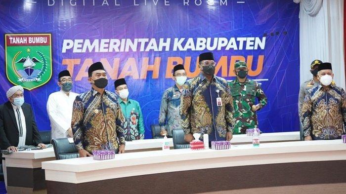 Penjabat Gubernur Kalimantan Selatan, Safrizal ZA, bersama Bupati Tanah Bumbu (Tanbu), HM Zairullah Azhar, dan pejabat lainnya dalam rangkaian acara pembukaan MTQ tingkat provinsi di Batulicin Kabupaten Tanbu, Rabu (7/4/2021).