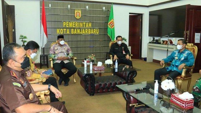 Penjabat Gubernur Kalimantan Selatan, Safrizal ZA, diskusi tentang penanganan Covid-19 dengan Wali Kota Banjarbaru, HM Aditya Mufti Ariffin SH MH.
