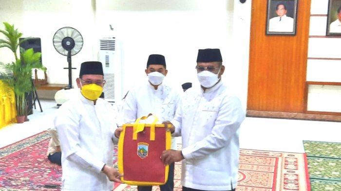 Pj Gubernur Kalsel Safrizal ZA (kanan) menyerahkan simbolis hibah kepada Bupati Kotabaru H Sayed Akhmad didampingi Wabup Kotabaru Andi Rudi Latif