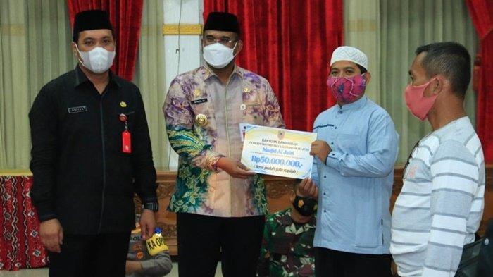 Penjabat Gubernur Kalimantan Selatan, Safrizal ZA, serahkan bantuan hibah dari pemerintah provinsi kepada beberapa masjid di Kota Banjarbaru.