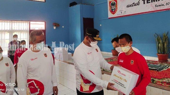 Dinas Kominfo Provinsi Kalsel Salurkan 250 Paket Lebaran di Lima Panti